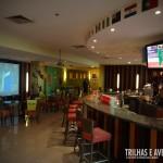 Bar temático interno com telão para assistir jogos e shows