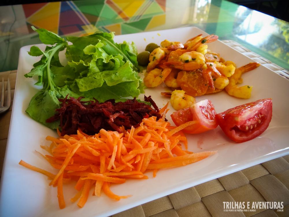 Salada verde e moqueca de camarão