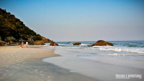 São aproximadamente 1 km de praia reservada ao nudismo