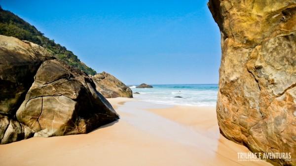 "A entrada fica ""escondida"" no canto esquerdo da praia"