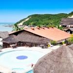 Piscina do D Beach Resort com o Morro do Careca ao fundo