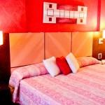 Cama extra grande nos quartos mais simples