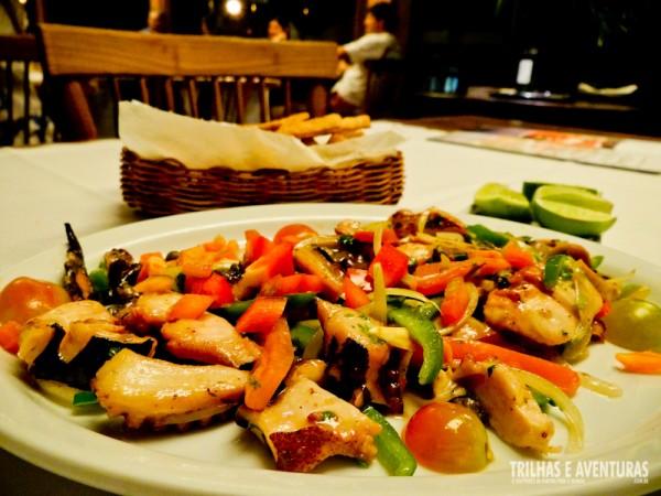 Entrada: Polvo Mar e Sertão - salteado na manteiga do sertão com verduras, alcaparras, nata fresca e coentro, acompanhado de torradas