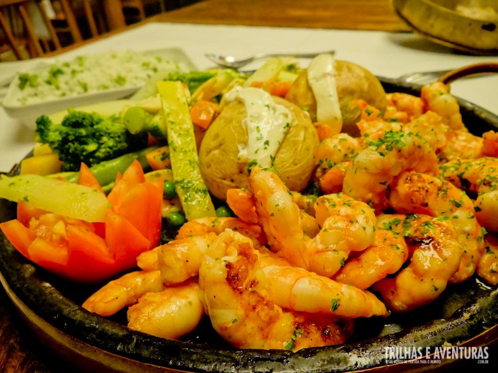 """O prato principal foi o """"Camarão Grelhado"""" que vem servido com legumes salteados, arroz de brócolis e batata assada com creme formaggio"""