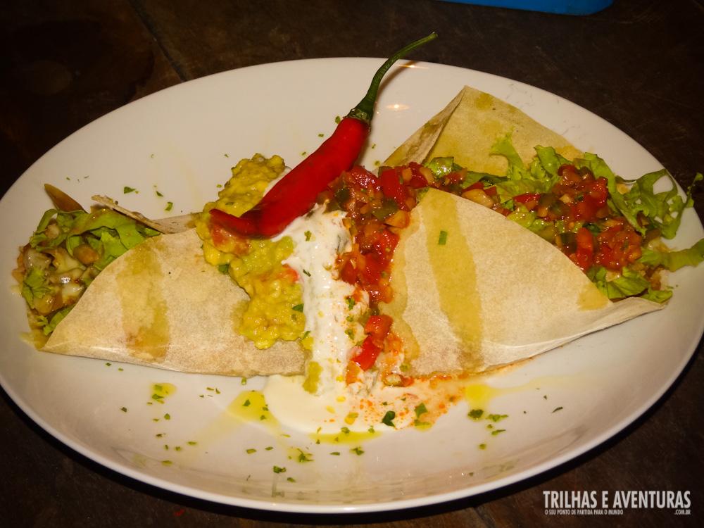 Burrito de carne com pasta de feijão, arroz mexicano, queijo e salada