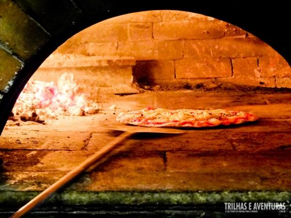Tá quase pronto... eu AMO pizza feita em forno a lenha!