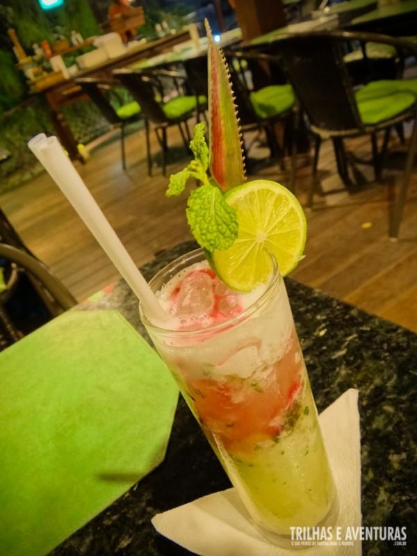 Um drink de frutas típicas para começar a noite