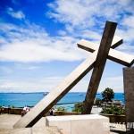 Essa cruz fica entre o Elevador Lacerda e o Pelourinho
