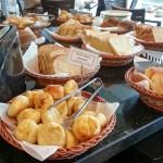 Diversas opções de pães e bolos durante o café da manhã