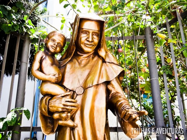 Estátua de Irmã Dulce na frente do Memorial