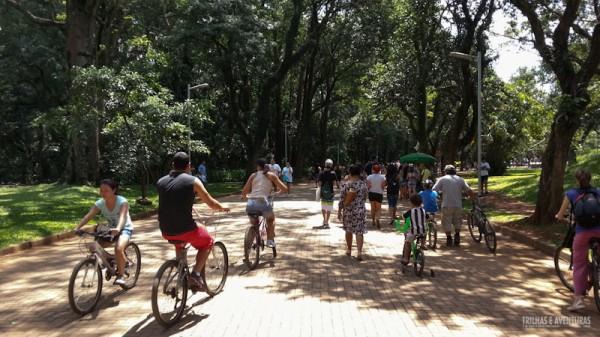 Famílias com e sem crianças frequentam o parque