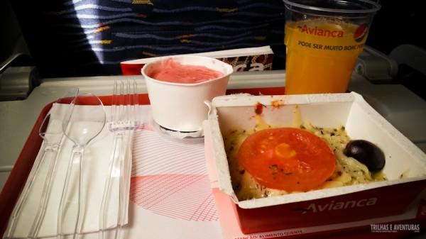 Pizza e sorvete de morango no lanche da tarde
