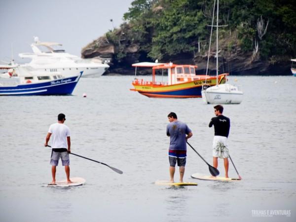 Amigos praticando Stand Up Paddle nas praias de Búzios