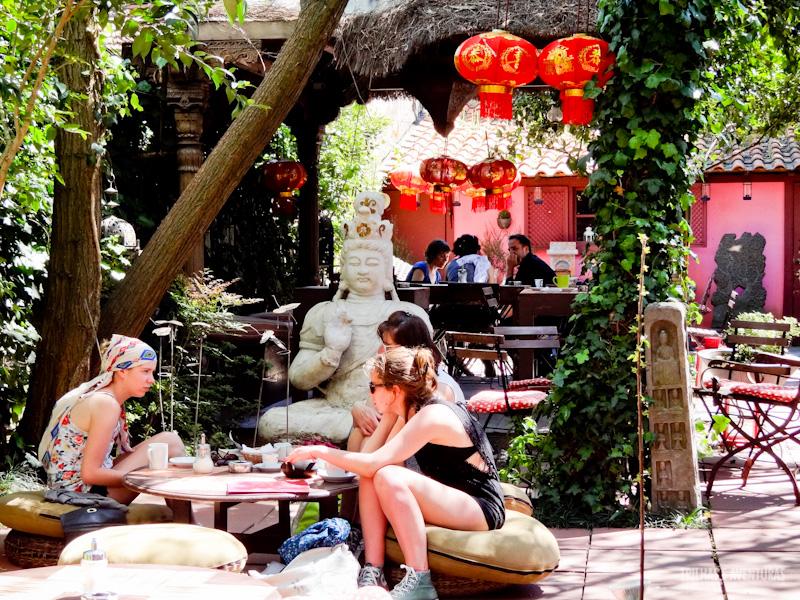Jardim externo com almofadas e o Buda