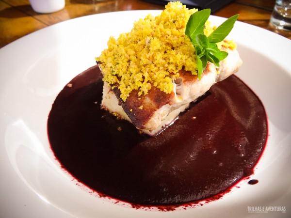 Restaurante Mergulhão - Atum grelhado ao Molho de Açaí e farofa crocante