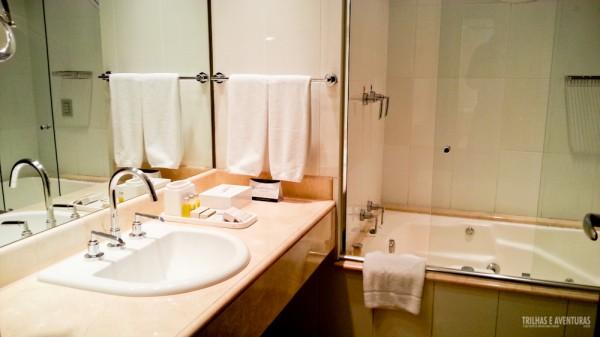 Banheiro espaçoso, com amenities Natura e banheira de hidromassagem