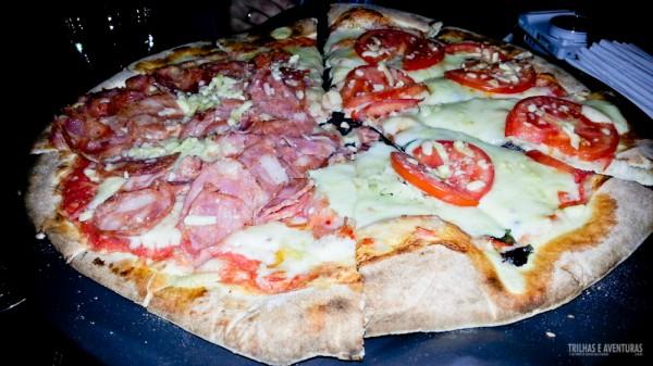 Pizza leve e crocante com molho de tomates frescos feito na hora