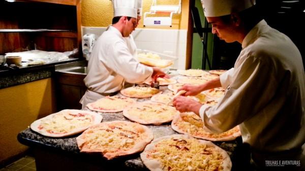 Equipe ágil e atenta a cada detalhe na produção das pizzas