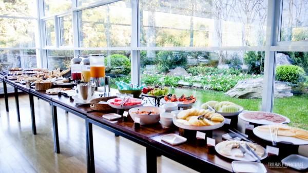 Mesa do café da manhã em sala climatizada próxima ao jardim