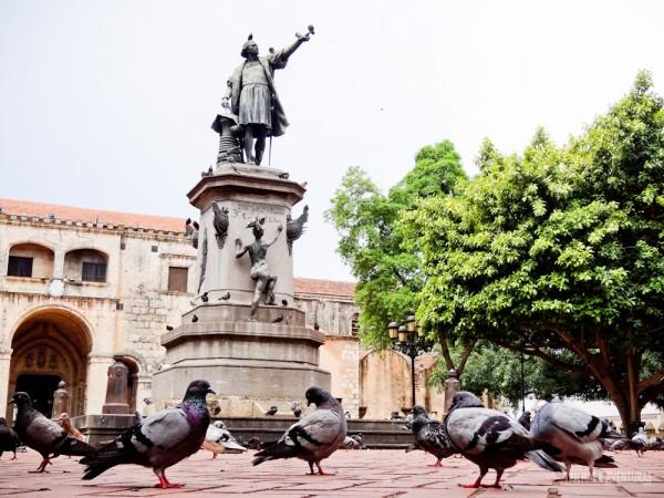 Praça com a estátua de Cristóvão Colombo