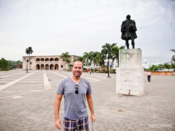 Na Praça de Espanha com a antiga casa de Diego Colombo ao fundo
