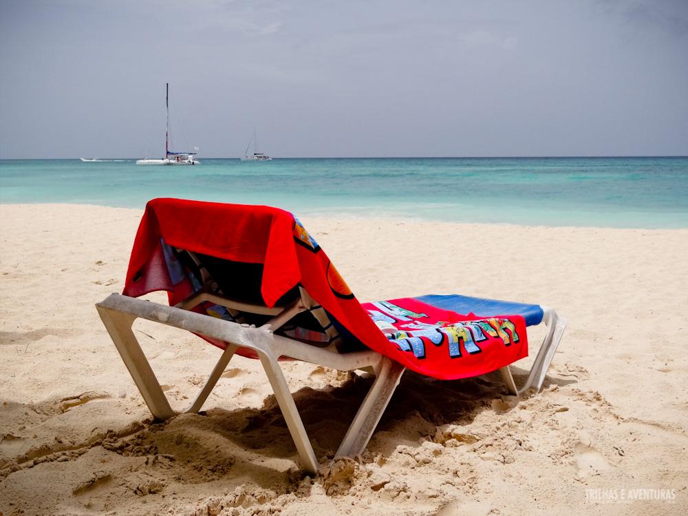 Nada como relaxar em uma cadeira de praia com vista pro mar caribenho