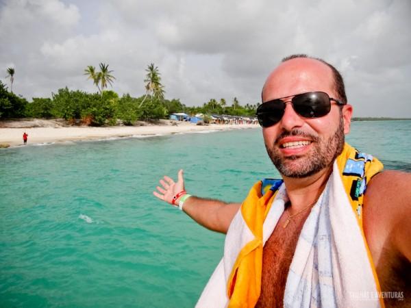 Esse mar verdinho é típico das praias caribenhas... pena que o tempo feio não ajudou na foto