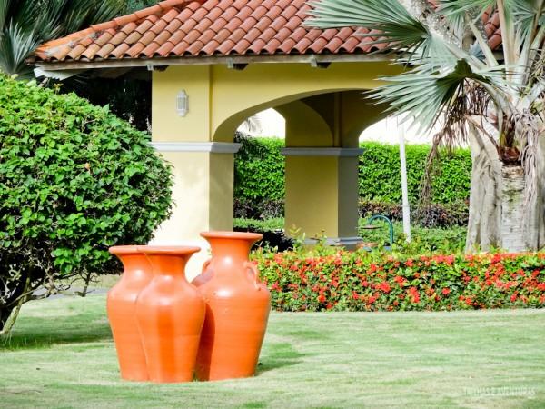Jardins belíssimos com paisagismo e peças de artesanato