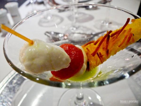 Canapé de entrada com queijo e tomate cereja no azeite