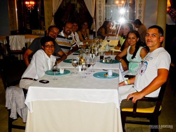 Grupo de jornalistas durante o jantar no restaurante