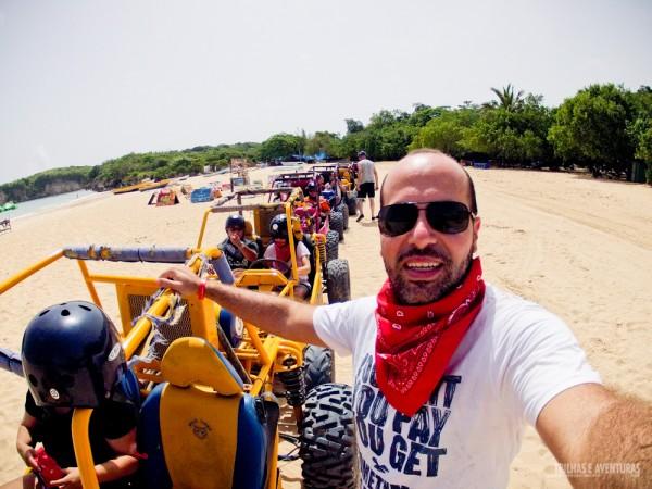 Bugues enfileirados e prontos para mais aventura na Praia de Macau