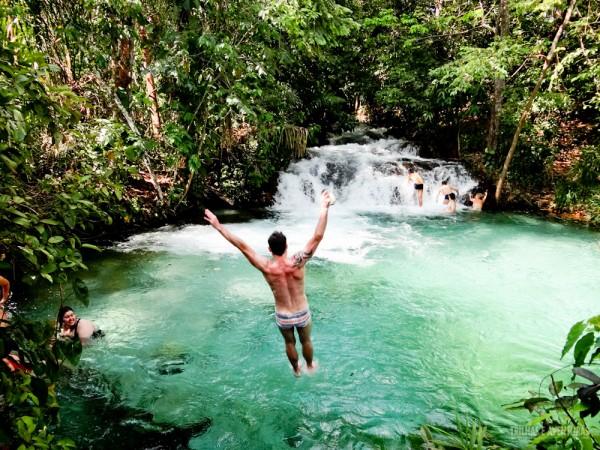 Jr Caimi (Tip Trips) pulando no poço da Cachoeira da Formiga - Jalapão
