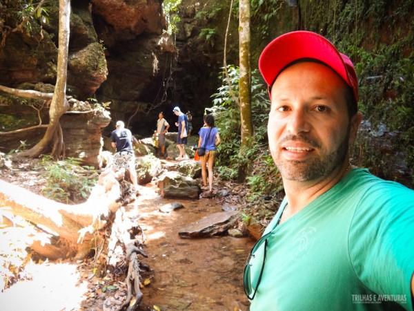 Caminhada por dentro do rio para chegar na cascatinha do Cânion de Suçuapara