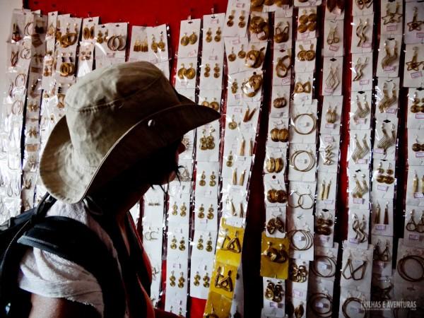 Roberta (Territórios) tentando decidir qual brinco de Capim Dourado iria comprar