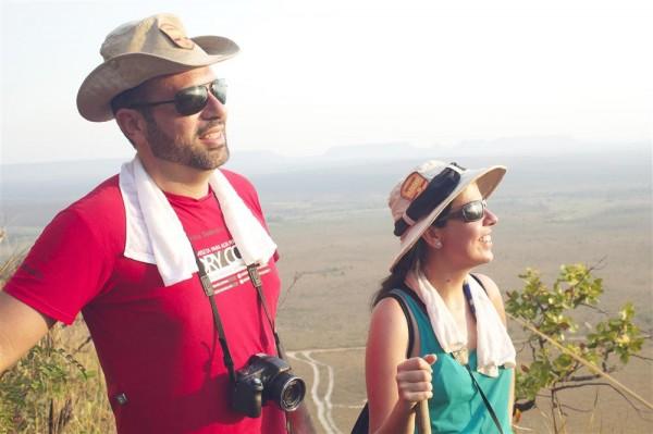 Eu e a Lilliam (Nerds Viajantes) com nossas toalhas da CoolTowels na subida da trilha - Foto: Roberta Martins