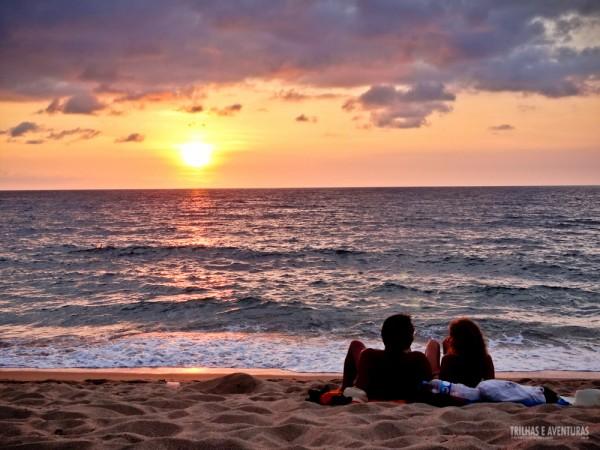 Casal aproveitando o pôr-do-sol para relaxar em San Pancho