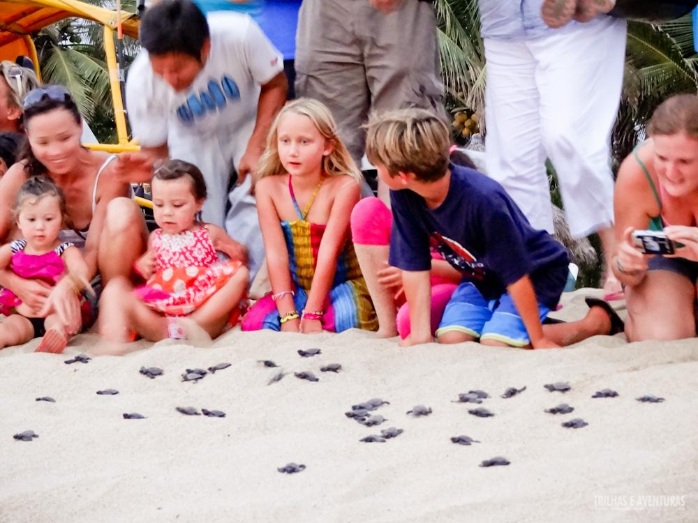 Crianças participando da soltura de tartarugas em San Pancho