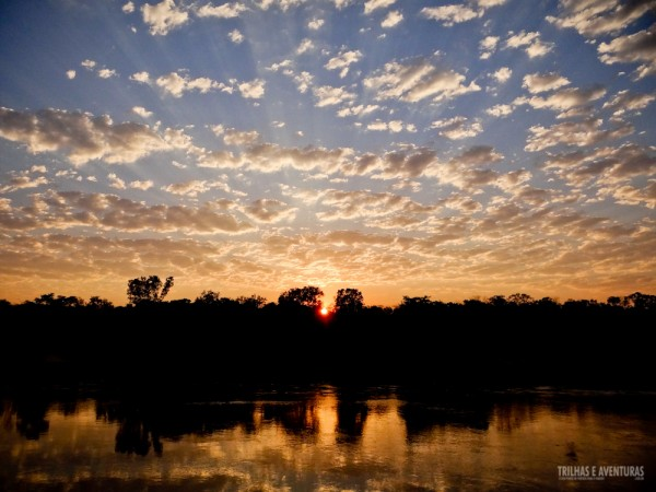 Nascer do sol visto da prainha do Safari Camp da Korubo, no Jalapão