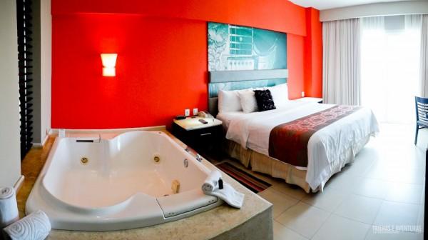 Meu quarto com banheira de hidromassagem ao lado da cama