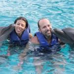 Eu e a Bibi ganhando um beijo dos golfinhos