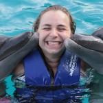 A Ju ganhou um beijo duplo dos golfinhos!