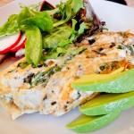 Omelete, folhas e abacate... café da manhã reforçado
