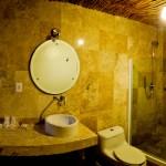 Banheiro amplo com teto de esteira de bambu
