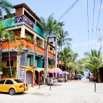 Ruas charmosas lembram algumas cidades praianas do Brasil