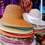 Chapéus diversos em artesanato local
