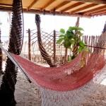 Sombra e água fresca na rede abaixo do bangalô