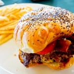 Sanduiche de carne com batatas fritas