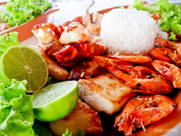 Mix de frutos do mar grelhados, com lagostas, camarões e peixe, em Flexeiras