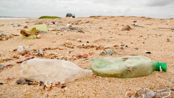 Quilômetros e quilômetros de lixo nas praias do Ceará