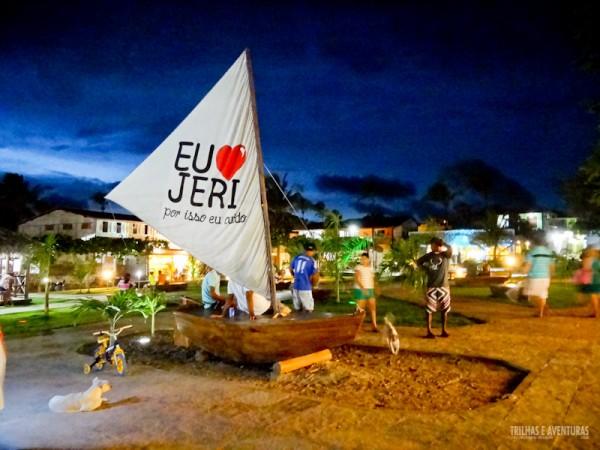 A nova Praça Edvá Esmerino da Silva toda iluminada em Jericoacoara